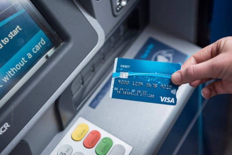 Как снять деньги с карты Открытие и не платить большую комиссию