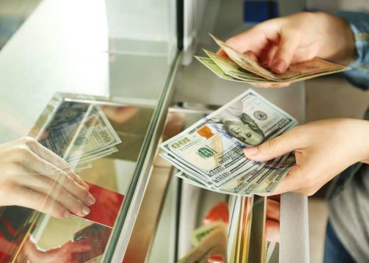 Деньги в кассе банка Открытие